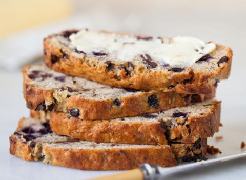 Банановый хлеб с черникой и шоколадом