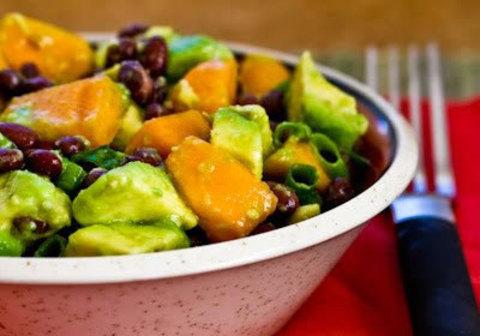 Винегрет из черной фасоли, хурмы и авокадо