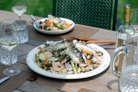 Салат из пасты с моллюсками, королевскими креветками и пикшей