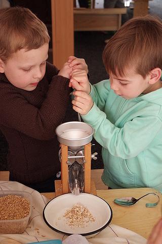 Дети, домашние хлопья и краш-тест зернодавилки Eschenfelder