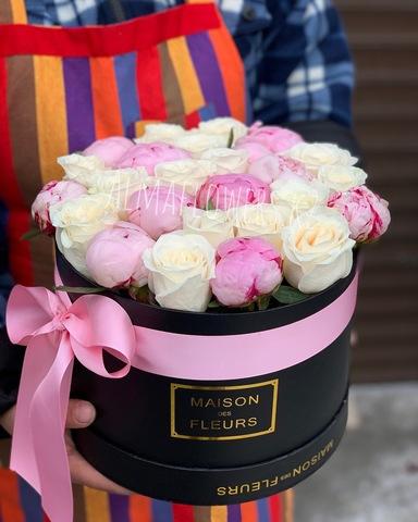 Пионы с розами в подарочной коробке