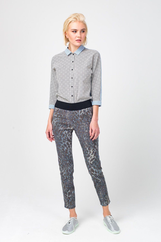 Брюки А481-374 - Укороченные брюки прямого силуэта украшены хищным принтом в серо-голубой гамме. Модель обладает удобной посадкой за счет того, что в составе ткани есть эластан. Такие брюки, несмотря на яркий характер, отлично подружатся с различными кардиганами, джемперами и футболками.