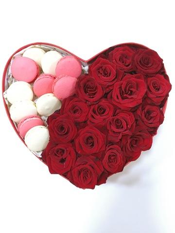 Коробка с розами и макарунами