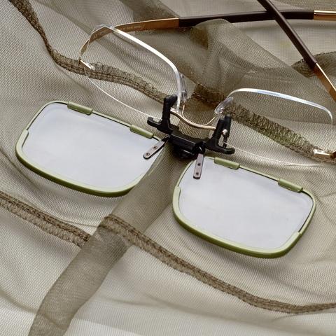 Присоедините к клипону ваши диоптрические очки или солнцезащитные очки