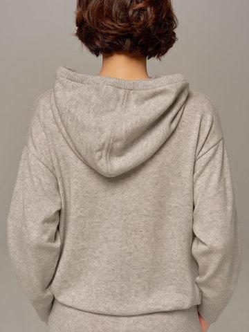 Женский джемпер светло-серого цвета с капюшоном - фото 4