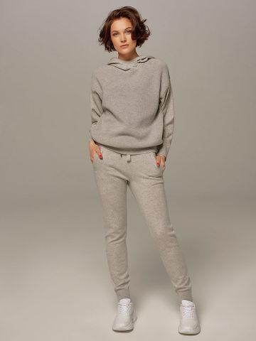 Женский джемпер светло-серого цвета с капюшоном - фото 3