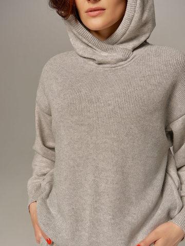 Женский джемпер светло-серого цвета с капюшоном - фото 2
