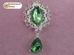 Камень в серебряной оправе с подвеской зеленый