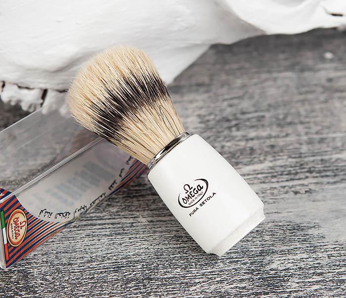 RAZ11711 Помазок Omega с деревянной рукояткой белого цвета фото 01