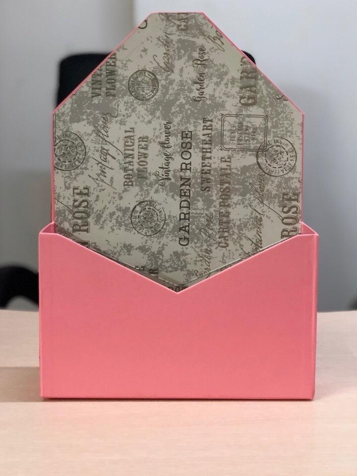 Картонная коробка для цветов в форме конверта . Цвет: Розовый  .Розница 250 рублей .