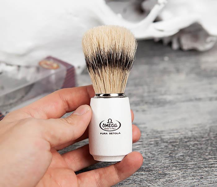 RAZ11711 Помазок Omega с деревянной рукояткой белого цвета фото 04