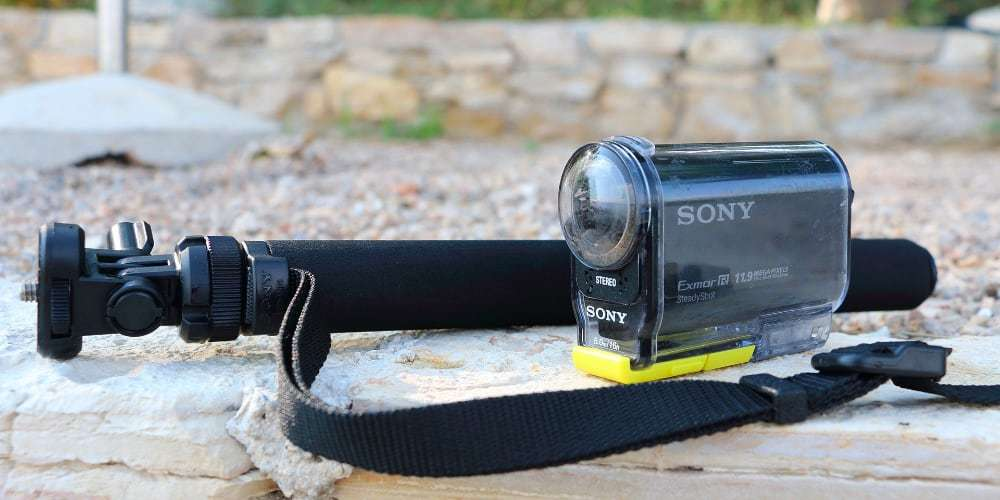 Монопод Sony VCT-AMP1 рядом с камерой