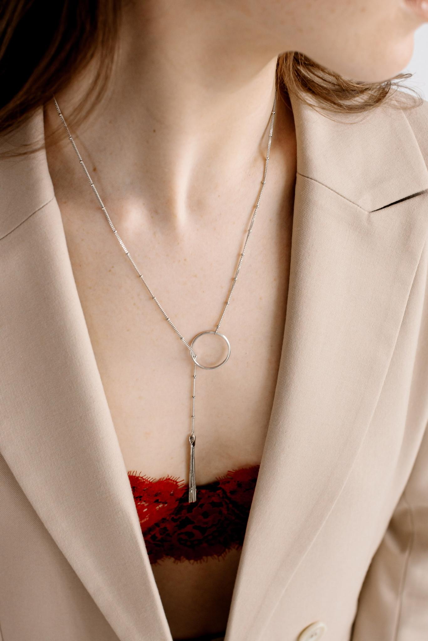Серебряное колье галстук с кисточкой и кольцом
