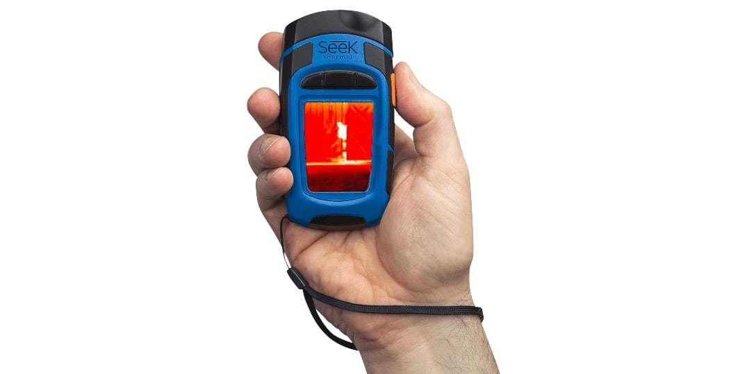 Тепловизор Seek Thermal Reveal (Blue) в руке