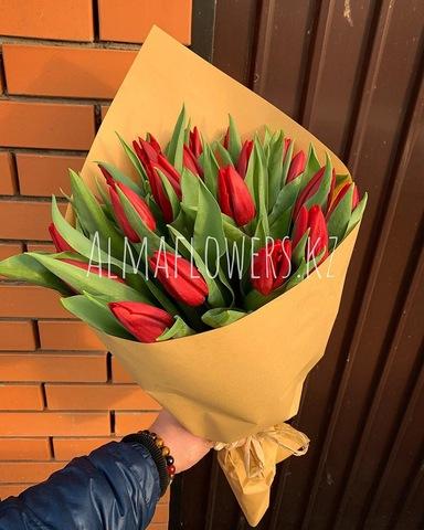 Букет из красных тюльпанов в крафт упаковке