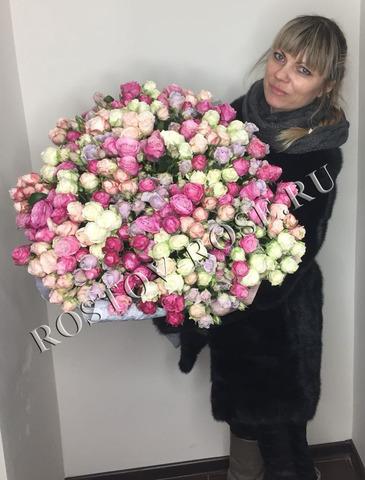 Разноцветный букет из 51 веточки кустовой пионовидной розы