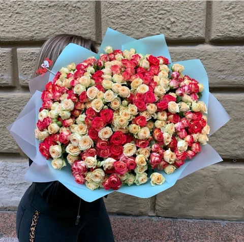 Букет из 71 кустовой розы #3011
