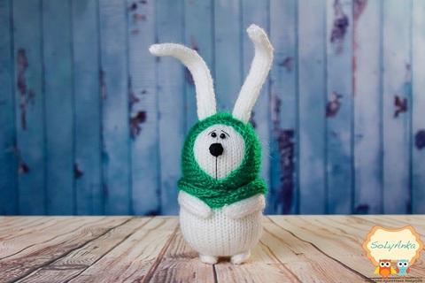 Зайка вязаный белый в зеленом платочке