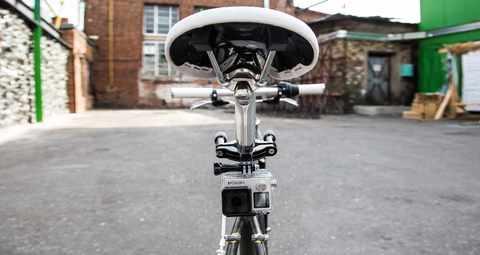 Крепление на трубу/раму диаметром 3.5 см до 6.35 см GoPro GRBM30 Roll Bar Mount под седлом вид сзади