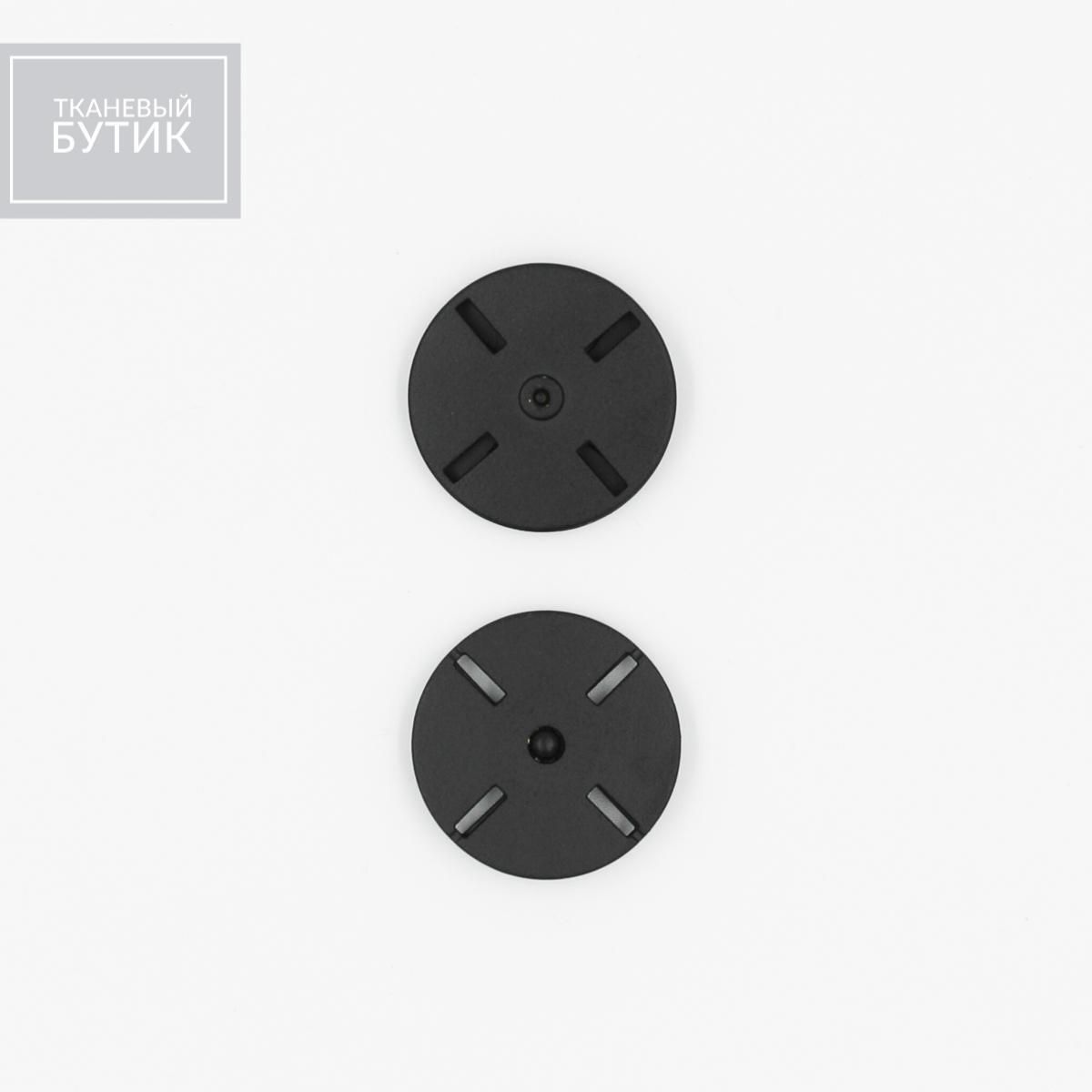 Плоская металлическая кнопка с матовой поверхностью