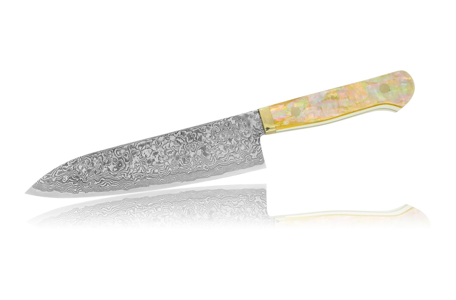 Нож кухонный стальной Шеф 180мм Hiroo Itou Damaskus HI-1139Ножи Шеф<br>Нож кухонный стальной Шеф 180мм Hiroo Itou Damaskus HI-1139<br><br><br>Отличительные особенности<br>Что резать: подходит для нарезки любых продуктов (мясо, рыба, овощи, фрукты).<br>Материал лезвия:R2 – химический состав стали R2 не разглашается, известно только, что сталь порошковая. Сталь превосходит все известные ножевые стали (в том числе Cowry X и ZDP-189) по всем основным показателям — сохранению остроты режущей кромки, прочности и сопротивлению ржавчине.<br>Еще одной особенностью изготовления клинков из стали R2 является то, что не используются гриндерные станки для формирования спусков, не без оснований считая, что они слишком перегревают сталь. Клинки обрабатываются на медленно вращающемся водяном каменном круге.<br>Материал рукоятки:Перламутр - внутренний слой раковин пресноводных и морских моллюсков, является органико-неорганическим композитом натурального происхождения. Жемчуг и перламутр имеют почти одинаковый состав.<br>Кому подойдет:авторские, эксклюзивные ножи для истенных ценителей.<br>Описание<br>Хиро Ито - японский мастер из города Fukui (Фукуи), с западного побережья японского острова Хонсю.<br><br>Мастер начал делать ножи в 1986 году. Первоначально это была американская технология, крайне популярная в Японии по сей день: шлифовка клинка из заготовки.<br>С 1987 года начинает профессионально заниматься ковкой. С 1995 года начинает применять для своих ножей сталь марки R2, разработанную им совместно с инженерами Kobe Steel Company для ножей. Это порошковый нержавеющий быстрорез с содержанием углерода более 2%. Для упрочнения клинка и повышения его декоративных свойств, клинки украшают многослойной (33 слоя) узорчатой сталью на основе никелевых и хромистых сталей. После травления новые ножи полируют и получают неповторимую по качеству режущую кромку, обладающую великолепными режущими свойствами. Финальную доводку лезвия мастер Хиро Ито тоже проводит вручную, считая, что водный пол