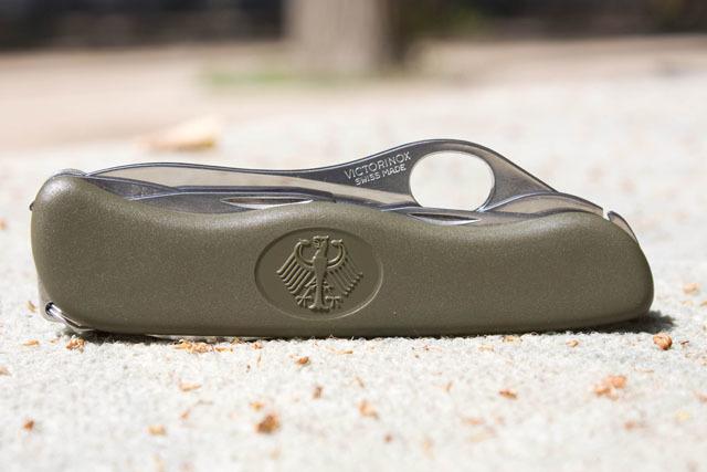Складной нож Victorinox Military Green, серрейторная заточка, петля для открывания одной рукой (0.8461.MW4DE) - Wenger-Victorinox.Ru