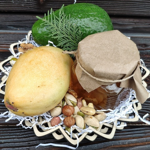 Фотография Подарочная корзина манго, авокадо, орехи, мед разнотравье, 1.3 кг. купить в магазине Афлора