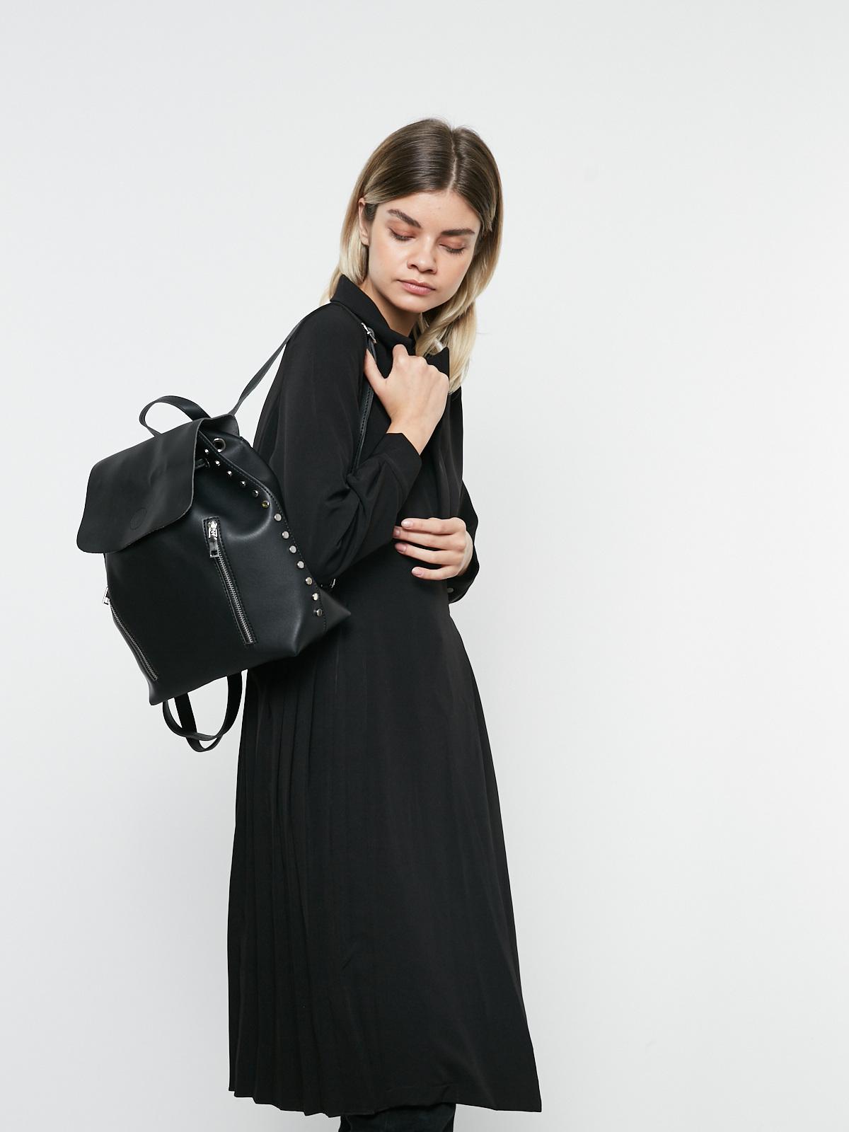 Рюкзак с заклепками и декоративными молниями