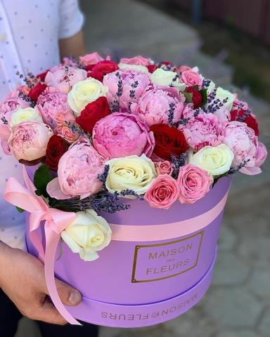Эксклюзивная композиция из самых ароматных цветов в подарочной коробке
