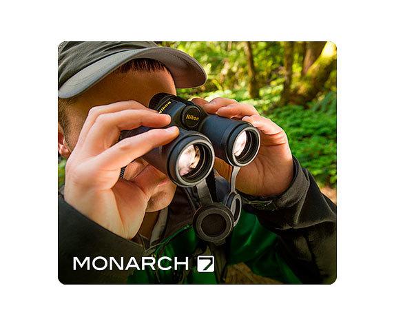 смотрит в бинокль Monarch 7