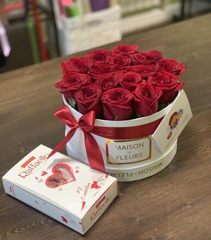 Элитные красные розы в белой подарочной коробке