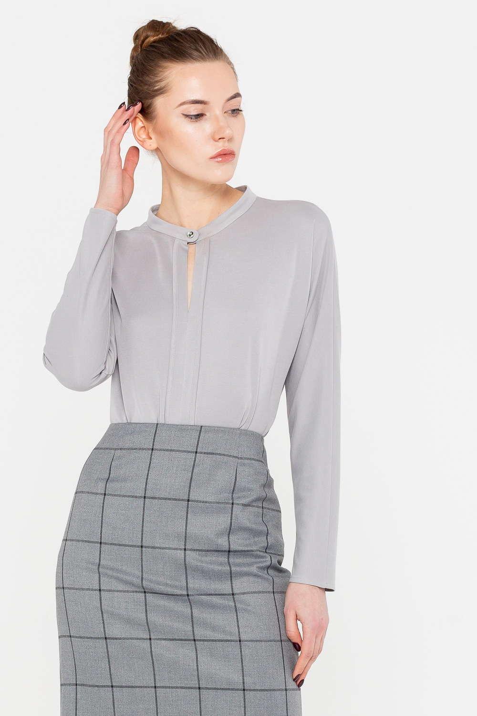 Блуза Г684а-759 - Благородный серый цвет представленной блузы стал для нее пропуском в любой гардероб. Модель отличается лаконичным дизайном, поэтому прекрасно дополнит любой низ или жакет. Такая универсальность – ее несомненное преимущество. Блуза застегивается у горловины на аккуратную пуговицу, образуя тактичный каплевидный вырез на груди.