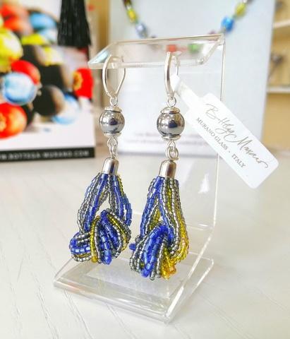 Серьги-узелки из бисера сине-жёлто-серебристые