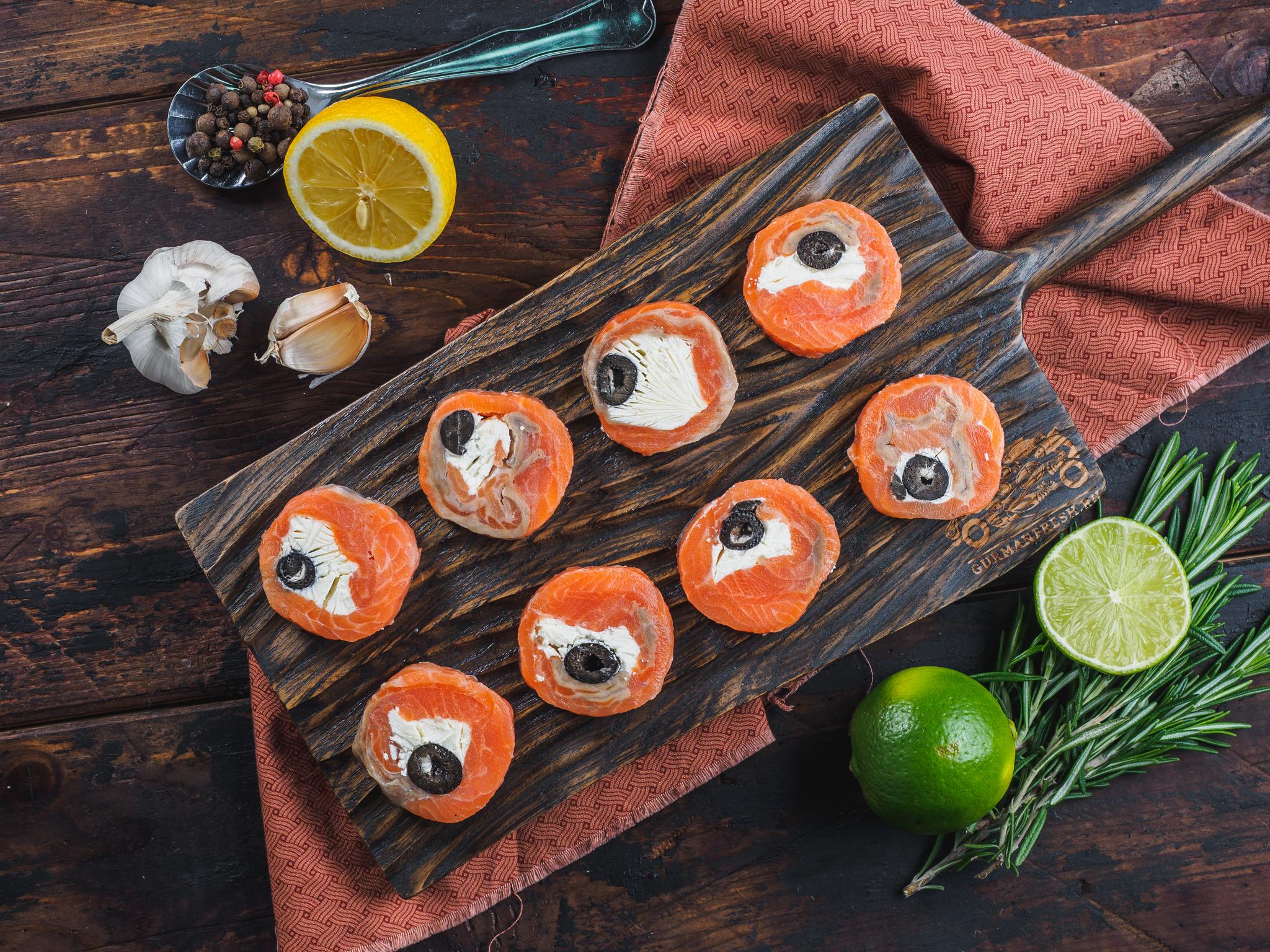 Закусочки из форели с творожным сыром и маслинами