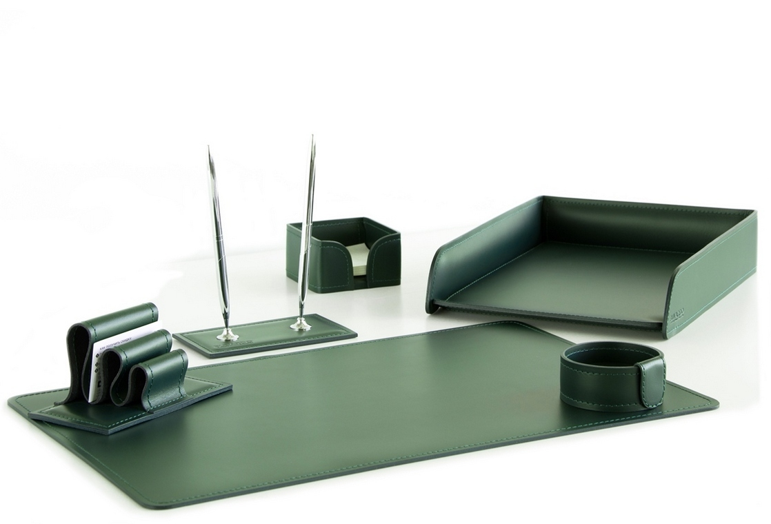 На фото набор на стол руководителя артикул 1624-Ст 6 предметов выполнен в зеленой коже Cuoietto. Возможно изготовление в другом цвете.