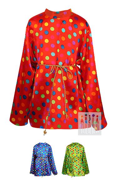 Рубашка в горох изготовлена из яркого атласа и украшена лентами. Изделие застегивается на потайную молнию под воротом.