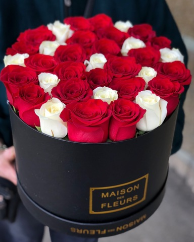 Элитные красные и белые розы в черной подарочной коробке