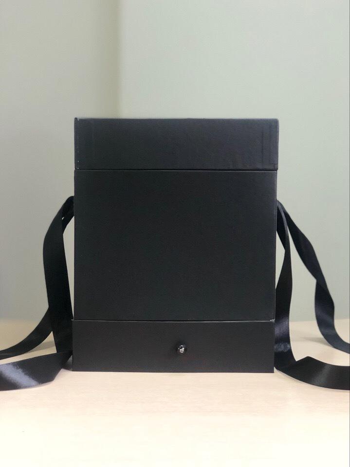 Квадратная коробка с отделением для подарка. Цвет: Черный . В розницу 450 рублей .