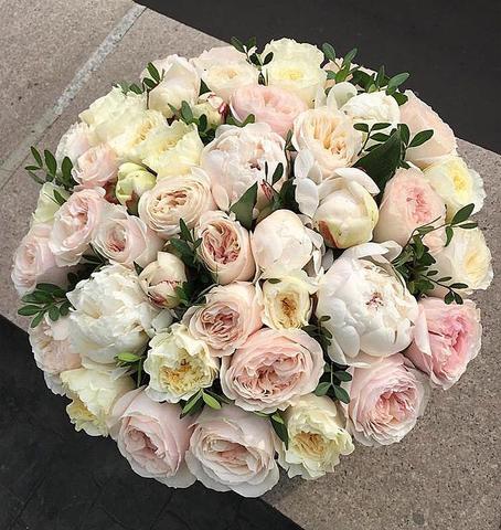Белые пионы и пионовидные розы в подарочной коробке