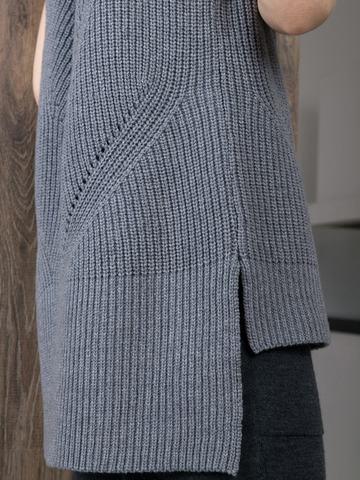 Женский жилет крупной вязки свободного силуэта с разрезами по бокам и удлиненной спинкой - фото 9