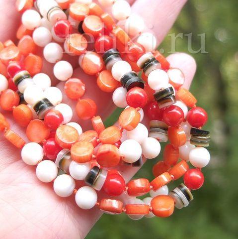 бусы из оранжевого коралла и белого перламутра