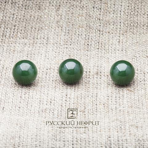 Бусины 10 мм из красивого зелёного нефрита.