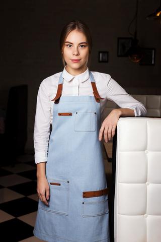 Фартук из светло-голубой джинсовой ткани с кожаными ремнями