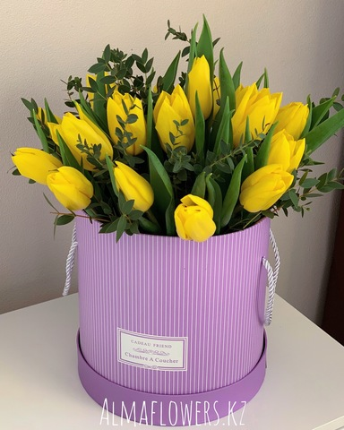 Авторская композиция из тюльпанов в сиреневой коробке