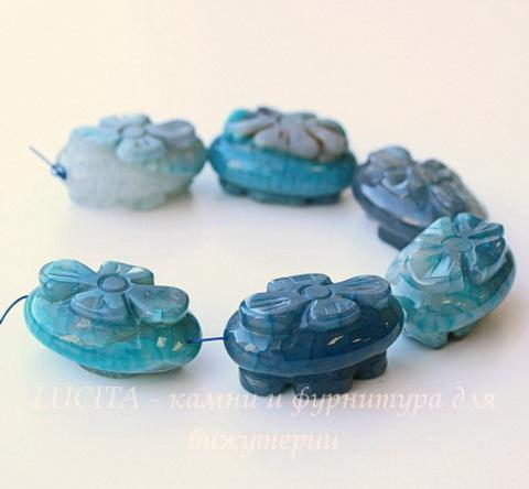 Бусина Агат с кварцем, овал с резным цветком, 30х20х15-16 мм, цвет - голубой, нить