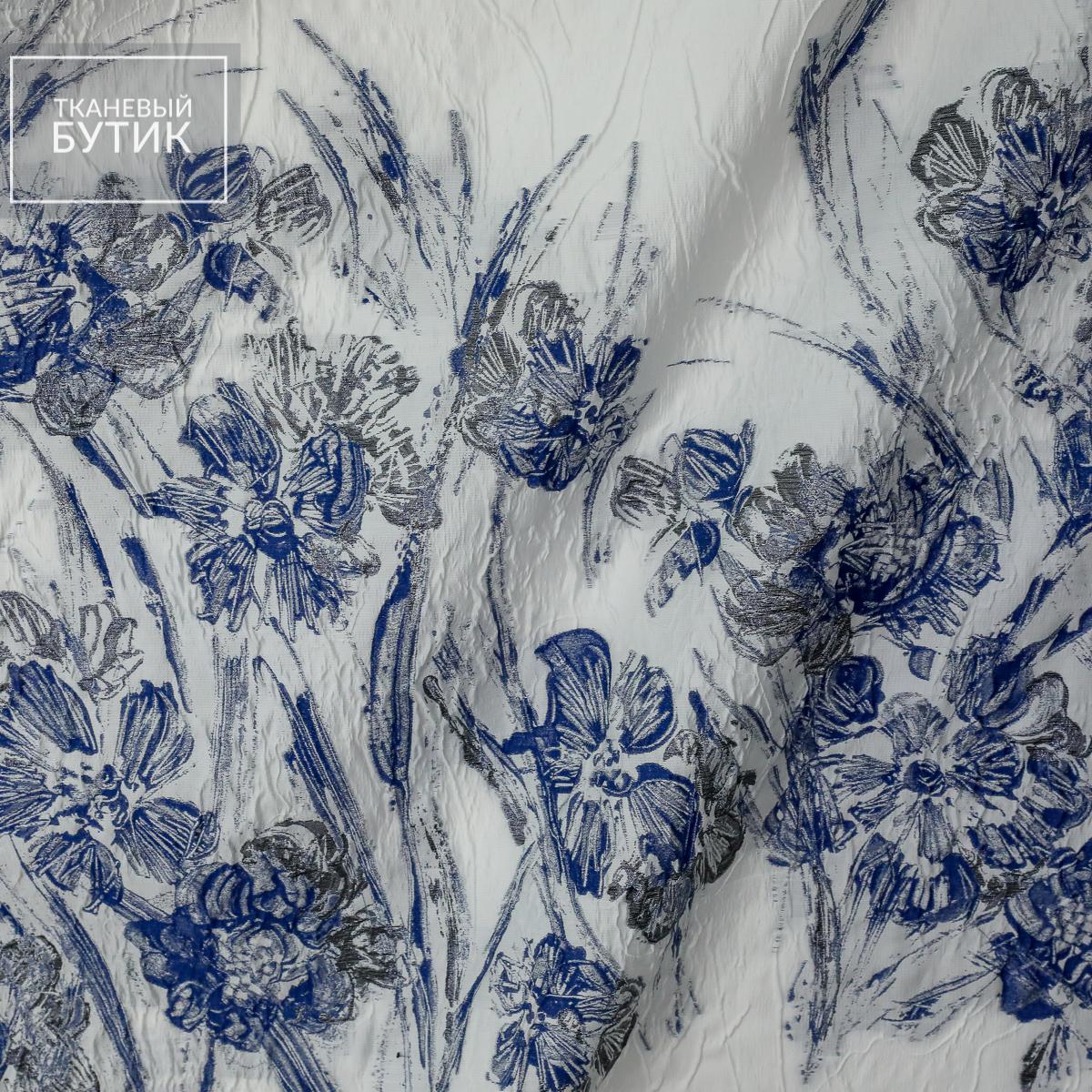 Светлый жаккард с живописными цветами в синих оттенках