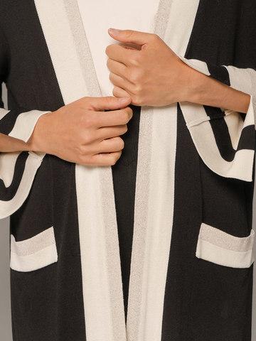 Женский удлиненный кардиган черного цвета с контрастными вставками - фото 5