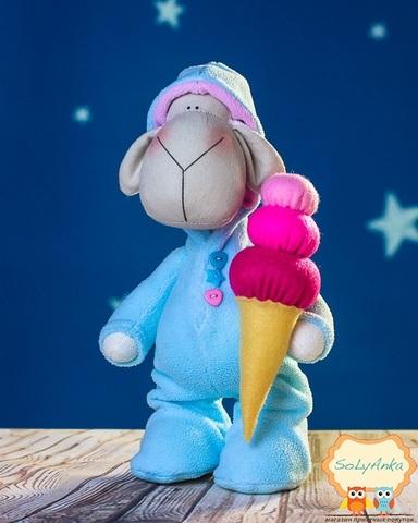 Овечка в голубой пижаме с мороженым