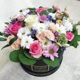 Летняя композиция цветов в подарочной коробке