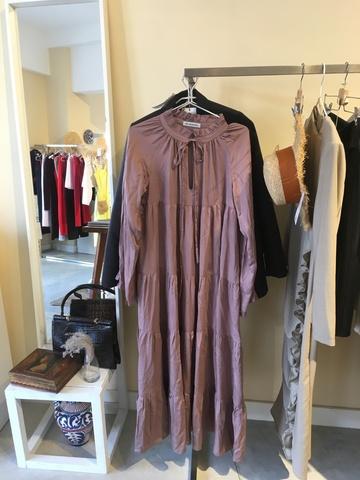 Многоярусное пудровое платье